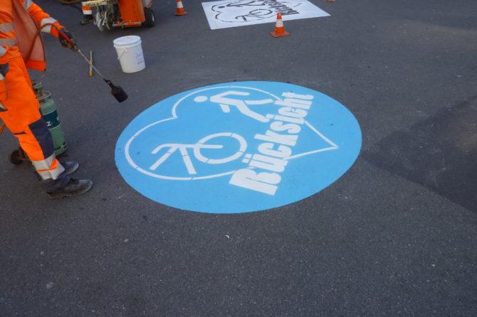 Strassenmalerei mit Herz – für friedlichen Velo- und Fussverkehr